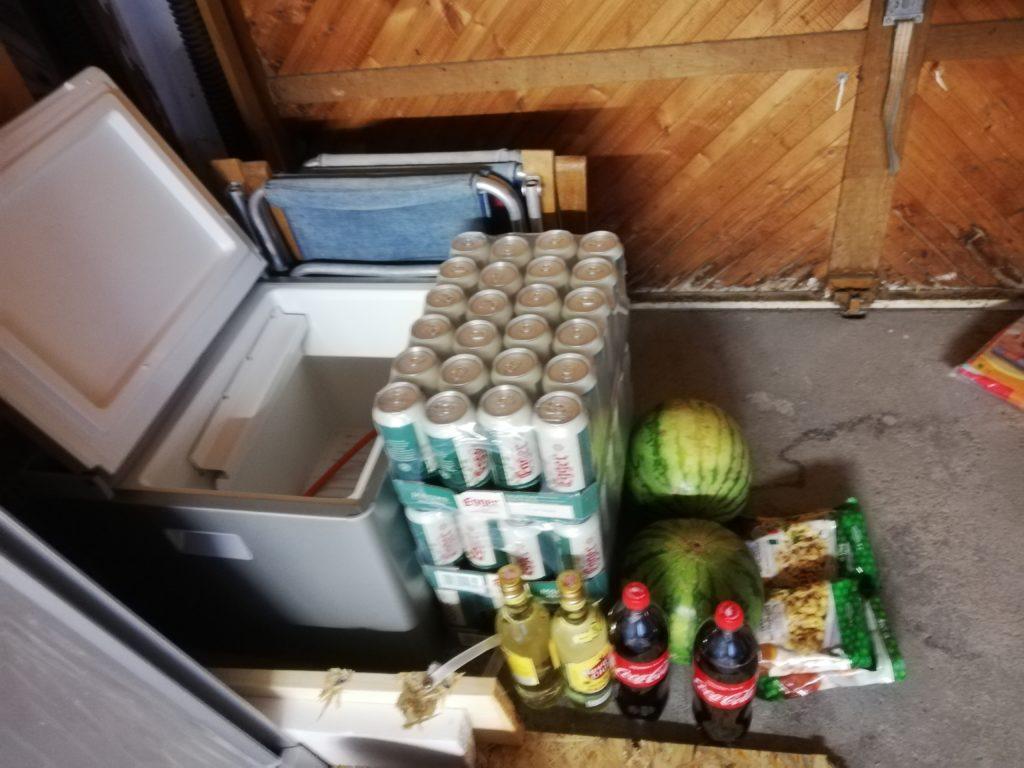 Camping Kühlschrank mit Bier und Melone